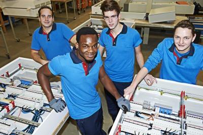 We zien het belang in om deze mannen op te leiden voor een baan in de installatiebranche